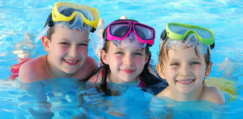 Enfants qui se baignent dans une piscine