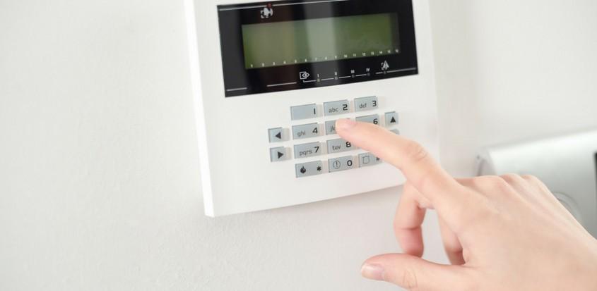 Main armant un système d'alarme