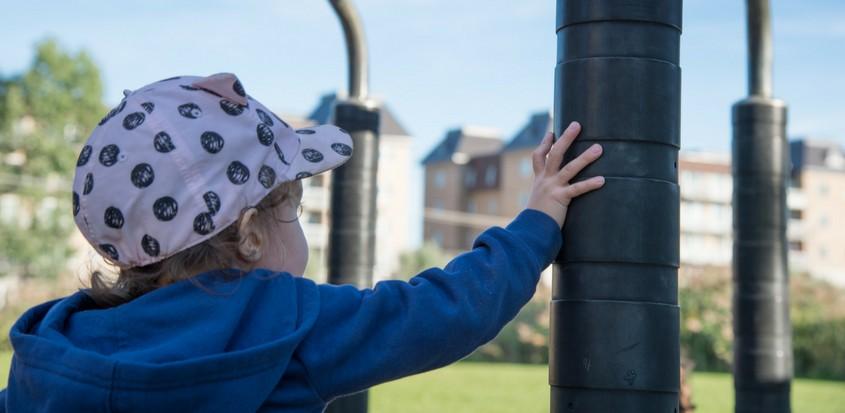 Enfant jouant dans le parc