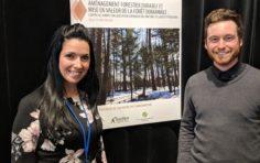 Catherine Grenier, technicienne en environnement à la Ville de Mascouche, en compagnie de Julien Moreau, ingénieur forestier chez SylvaCroissance